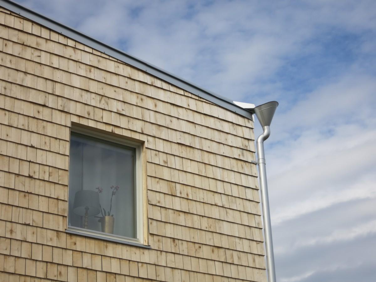 Stuprör på två ställen från det diagonala taket