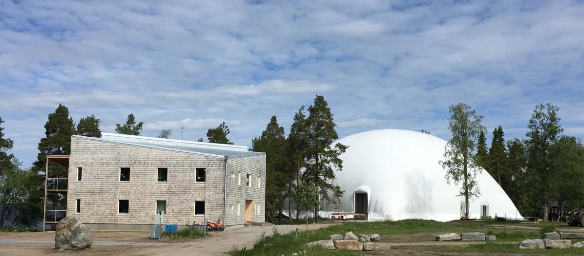 Färdigt hus 1 och bygge på gång under tält  2017-06-28