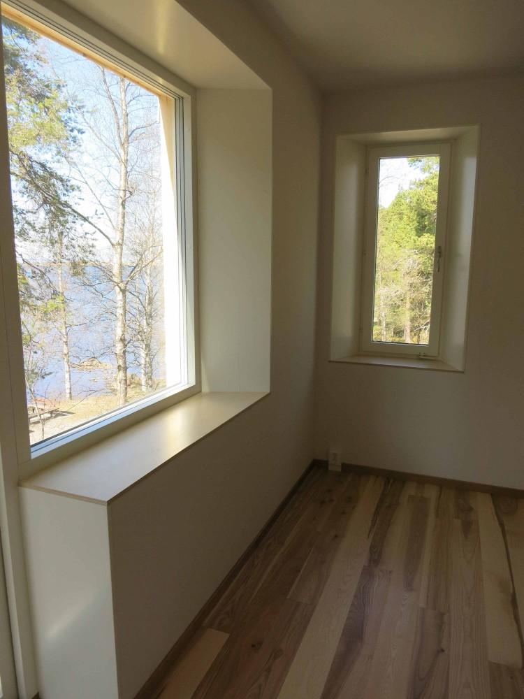 Vinklade och djupa fönsternischer i de energieffektiva väggarna.