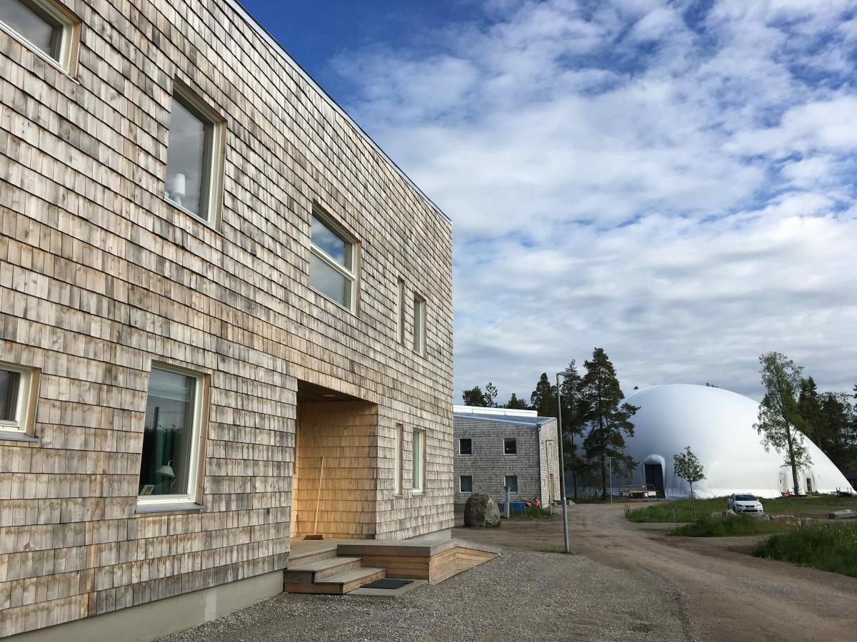 Lusthusgränd 6 och 4 med tält för nybygge bakom 2017-06-28