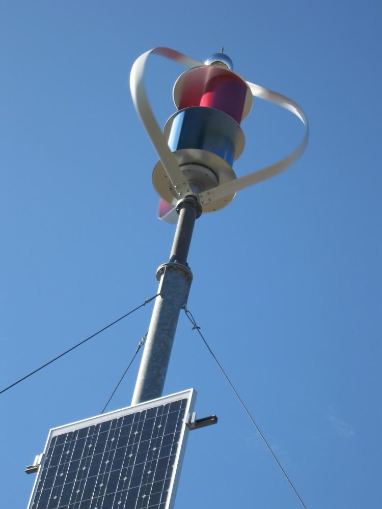 Liten vindsnurra och solcellspanel Egen Els visningspark Katrineholm