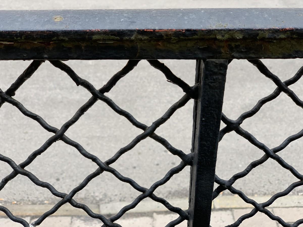 Ursprungligt balkongräcke men svart i stället för ljust grått